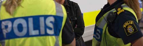 Polisen och parkeringsvakten delar ut p-böter